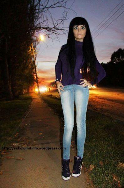 Ksenia-K Si Barbie Hidup Berambut Hitam